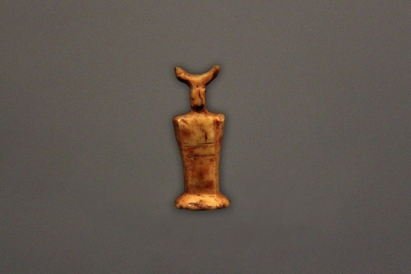 OBS Anonymous, Miniature figure with horns Thule, ivory